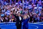 """Obama a Filadelfia a sostegno di Hillary: """"È la persona giusta, Trump offre solo slogan"""""""