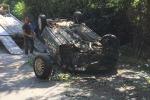 Auto cappotta e finisce contro un albero alla Favorita: feriti due ragazzi