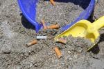 Uno studio: i mozziconi di sigaretta sono i rifiuti che più inquinano spiagge e mari