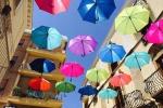 Tornano gli ombrelli fluttuanti per le strade di Sciacca