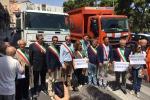 Rifiuti e discariche, sindaci in protesta: autocompattatori davanti alla Regione