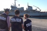 Pozzallo, donna morta sul barcone facendo da scudo ai figli: fermato lo scafista