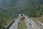 Manovra da paura in autostrada, inversione con un tir di 18 metri - Le immagini