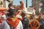 Alessandra Tripoli con l'abito da sposa sul carretto siciliano