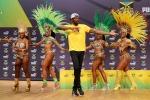 Scatenato con le ballerine di samba, Bolt dà spettacolo a Rio - Video