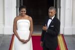 Cena in abito bianco: il look di Michelle Obama lascia senza fiato il presidente