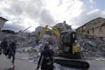 Vittime, case squarciate, detriti: le terribili immagini dopo il terremoto nel Centro Italia