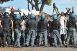 """Agente muore d'infarto durante gli scontri tra polizia e attivisti """"No border"""""""