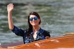 """Festival di Venezia, Valentina Lodovini tra i giurati per """"Orizzonti"""": le foto dell'arrivo al Lido"""