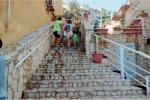 Castelvetrano, 20 ragazzi adottano una scalinata: collocati cestini e piante
