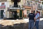 Tragedia per una palazzina in fiamme, commerciante muore a Palermo - Video