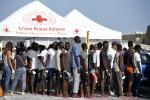 Sbarcati 167 migranti a Pozzallo, 97 hanno la scabbia
