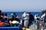 Migranti soccorsi col mare in burrasca: in poche ore salvati in 900 nel Canale di Sicilia