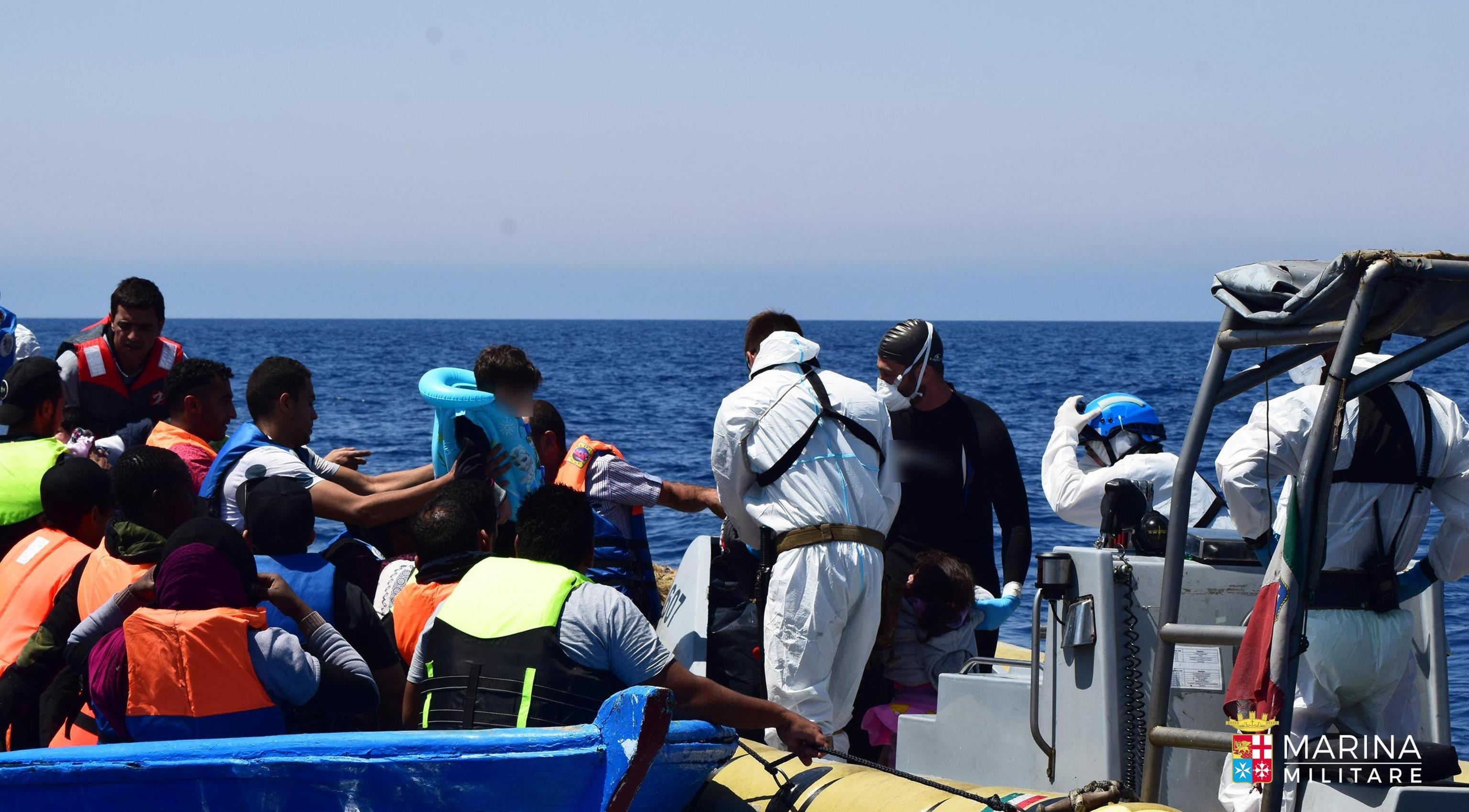 Nave con 1.000 migranti dirottata da cagliari a palermo: in sardegna