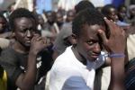 Tessere sanitarie ai migranti degli hotspot di Lampedusa e Trapani