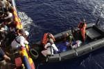 La guardia costiera libica: dalle ong segnali luminosi ai barconi