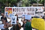 Palermo, un centinaio di docenti protestano in prefettura contro i trasferimenti - Video