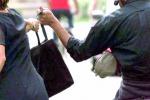 Caltanissetta, ladro le ruba la borsa ma lei lo insegue e la recupera