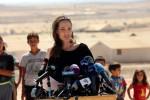 Angelina Jolie tra i piccoli profughi siriani in Giordania: le foto