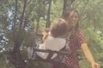 Belen Rodriguez mamma sexy al parco giochi - Video