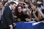 Jake Gyllenhaal conquista Venezia: tutte a gara per un selfie con il bello del Festival
