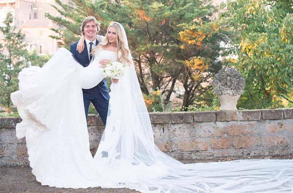 Abito di merletto e festa fino all alba  sui social le foto del matrimonio  di Martina Stella - Giornale di Sicilia f19fc38c6a3