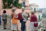 Più turisti stranieri in Italia, vanno alla scoperta dei borghi ma spendono meno