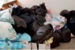Manca l'appalto, rifiuti e degrado invadono il tribunale