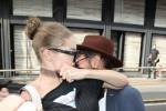 """Sorpresa alle spalle sferra calci e pugni, Gigi Hadid mette in fuga l'""""abbracciatore seriale"""" - Foto"""