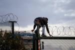 Londra chiude la strada ai migranti: nuovo muro entro l'anno