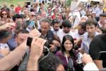 Spintoni e cori contro i giornalisti all'arrivo della Raggi a Palermo - Le immagini