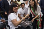 La sindaca di Roma Virginia Raggi con Clara Podda durante l'incontro con gli atleti paralimpici (Fonte Ansa)