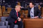 Trump si fa spettinare da un comico: il video diventa virale