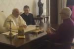 """""""Sai la differenza... ?"""" la barzelletta dell'arcivescovo Welby fa scoppiare a ridere il Papa - Video"""