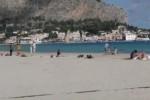 Bel tempo, a Mondello palermitani in spiaggia e passeggiate - Video