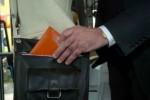 Tentano di rubare il portafogli ad un uomo che sta per salire sul bus a Catania: denunciati