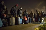 """Iniziato lo sgombero della """"Giungla"""" di Calais: più di 6mila in fila, scontri con la polizia - Foto"""