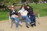 Tre ragazze in un parco, ma la foto ha qualcosa di strano: il nuovo rompicapo