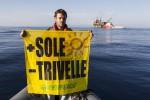 """""""No alle trivelle, accendiamo il sole"""": attivisti Greenepeace in azione nel Canale di Sicilia"""