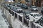Raffiche di vento a Ortigia, onde di schiuma invadono il lungomare - Video