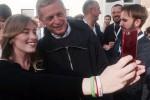 """Pd, festa per il Sì al referendum tra selfie e """"Bella ciao"""": Cuperlo in piazza"""
