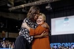 """La prima volta di Michelle e Hillary insieme sul palco: """"Sì, siamo amiche"""" - Foto"""