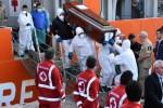 Migranti, nuovo sbarco a Palermo A bordo mille profughi e 17 morti Arrivi pure a Trapani, Messina, Augusta