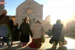 Persone in preghiera davanti la basilica di San Benedetto distrutta dal forte terremoto, Norcia - Fonte Ansa