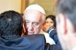 """Prima della """"Partita della pace"""" l'abbraccio tra il papa e Maradona"""