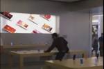 Apple gli nega il rimborso, lui reagisce così... - Il Video