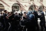 Scontri fra studenti e polizia durante la visita del premier - Video