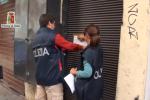 """""""Pizzo agli extracomunitari"""", le immagini del sequestro di beni in via Calderai - Video"""