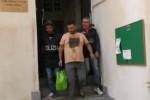 Rapina ad un poliziotto, l'uscita degli arrestati dalla questura: le urla dei parenti - Video