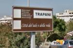Accoglienza ai migranti nel cartello di ingresso a Trapani